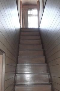 狭くて急な階段。昇り降りが怖いということでした。
