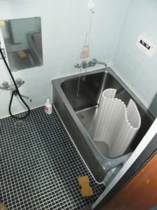 かなりの年数を経て古さが目立つ浴室。