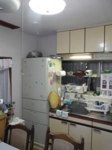 掃除しにくく料理が億劫になるというキッチン。