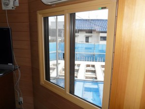 数時間の工事で取り付け完了。空気の層が窓際の冷気を遮断し、結露も防ぎます。