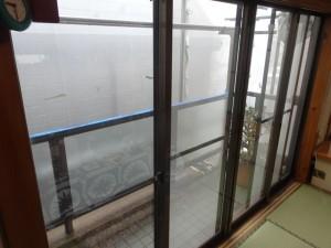 大きな掃出し窓に障子がついていましたが、窓からの冷気で部屋がなかなか暖まらないということでした。
