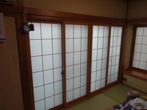 井桁に組んである内窓『インプラス』を取り付けました。白い部分は和紙調ガラス。和室にピッタリです。プライバシーは守りつつ、外の光を通し、室内に柔らかな明るさを取り入れます。