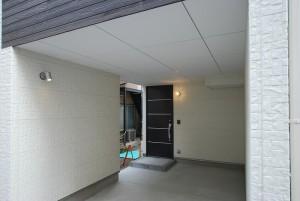 間口が狭く奥行きがある敷地に、大スパンの車庫を設けました